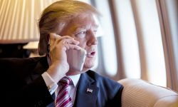 Donald Trump habla por teléfono en el Air Force One