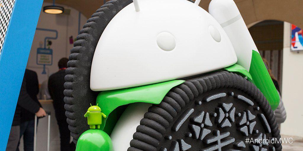 Muñeco de Android junto a una estatua de Android 'Oreo0