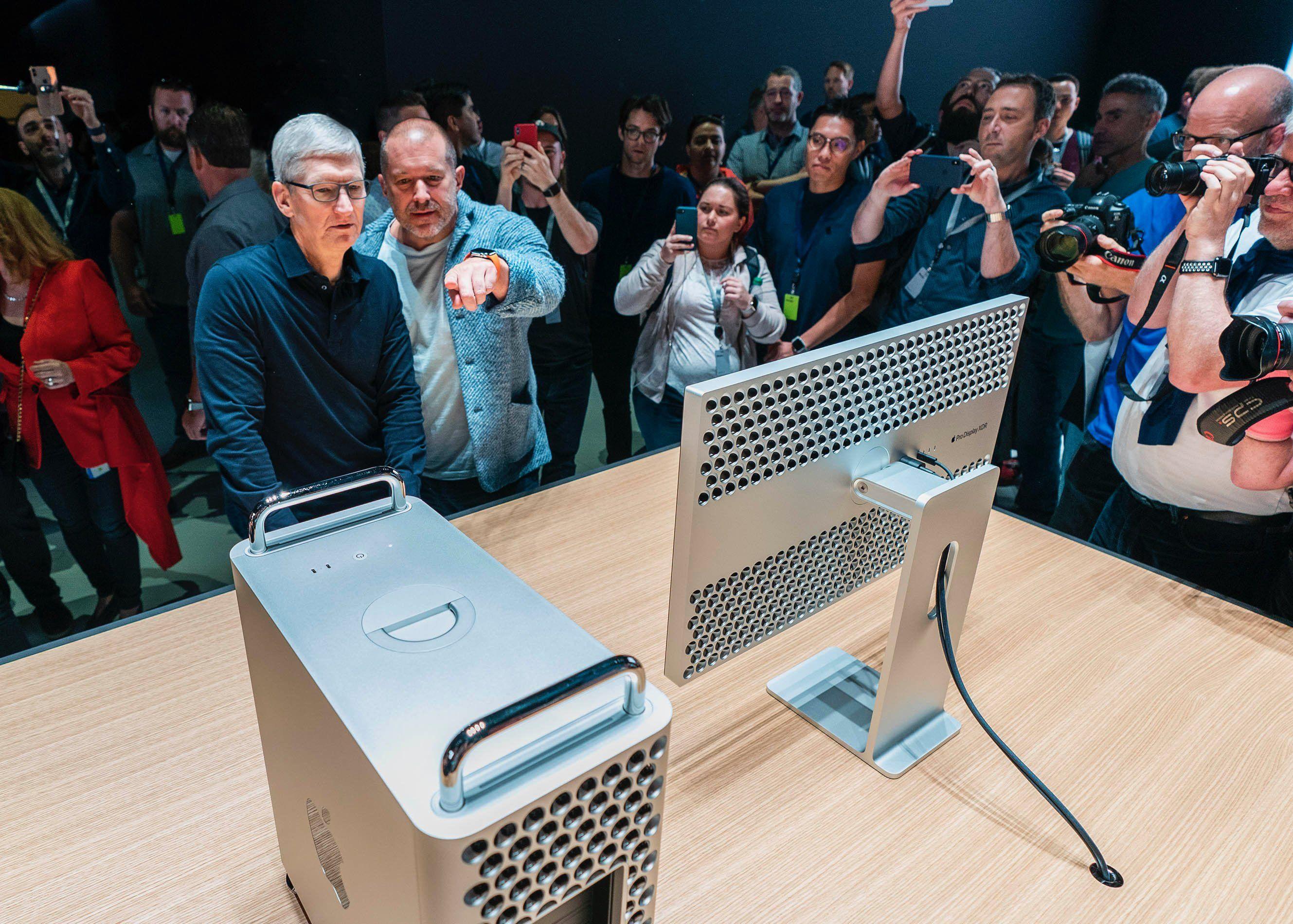 Tim Cook y Jony Ive revisan un Mac Pro de 2019 en la WWDC 2019