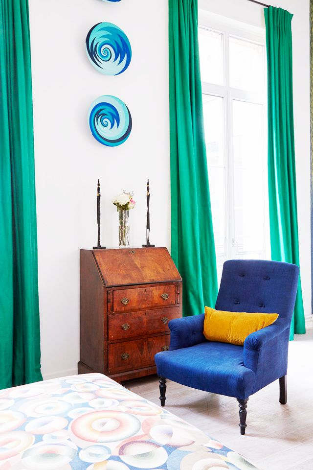 Tour a colorful apartment in Paris