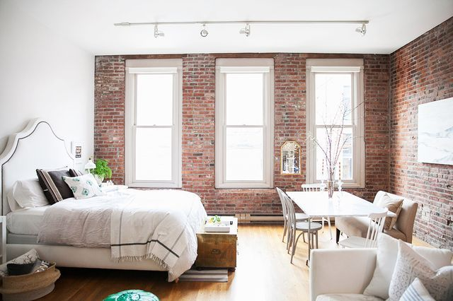 Habitación con pared de ladrillo visto