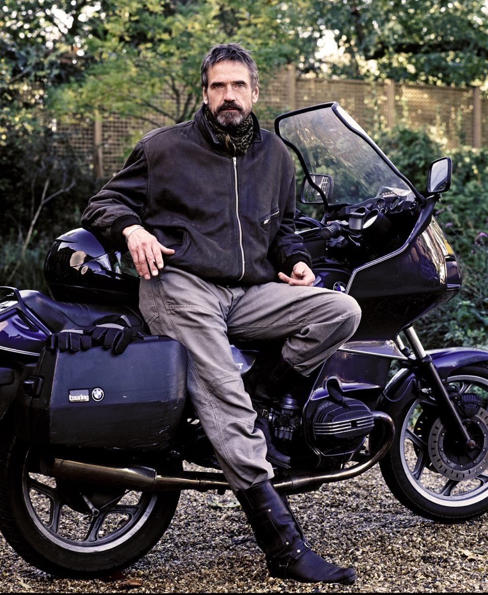 Jeremy-Irons-Moter-bike.11.-Arrowsmith.©