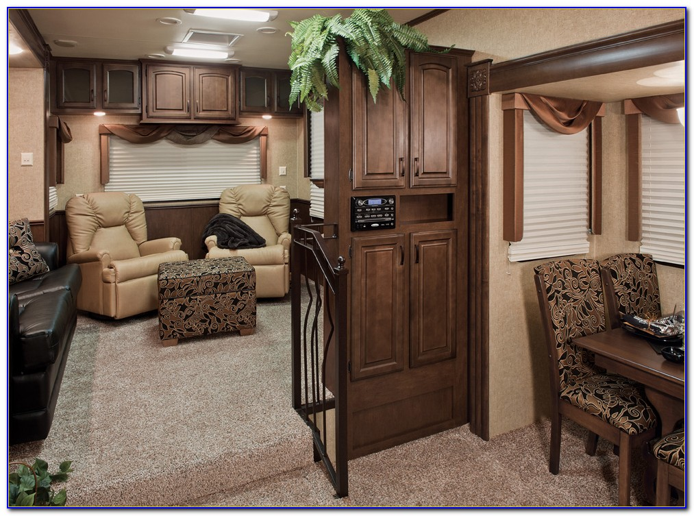 2011 Fifth Wheel With Front Living Room