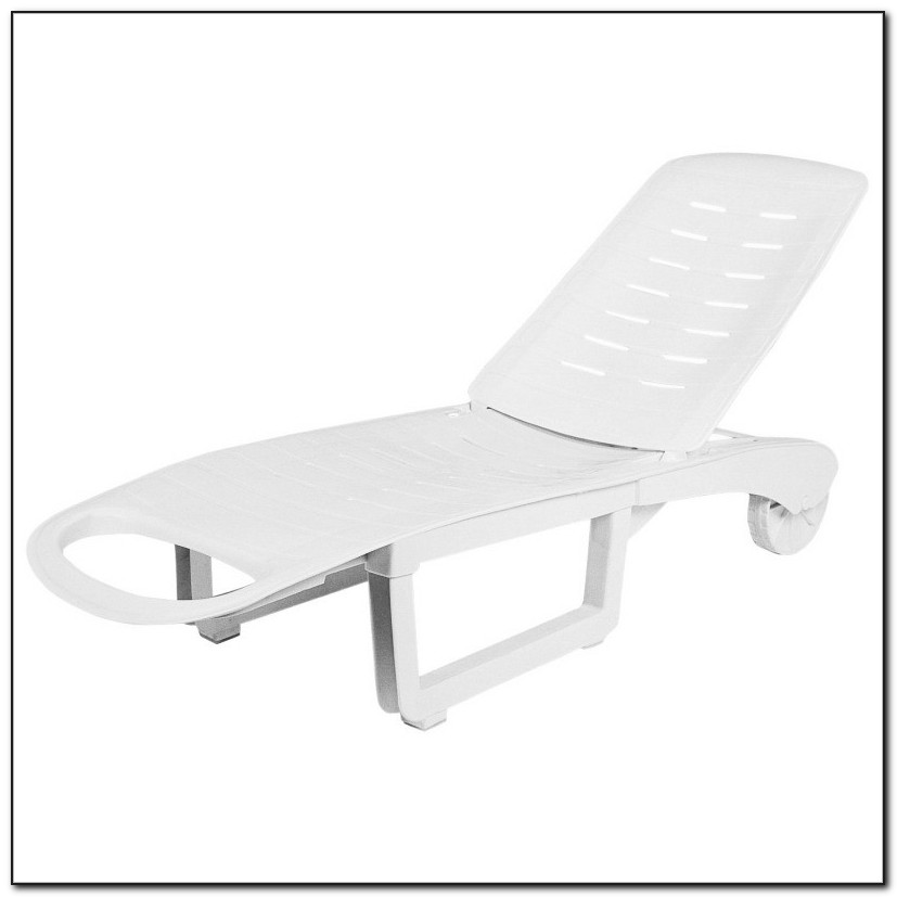 White Resin Folding Lounge Chairs