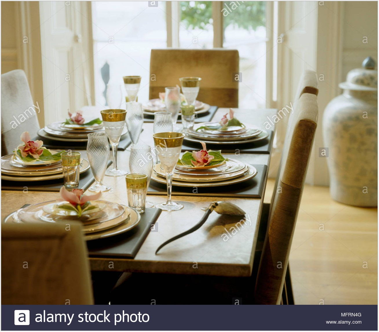 Room Place Dining Table