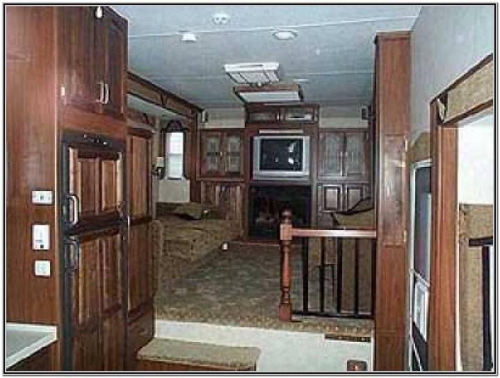 Fifth Wheel With Upper Living Room