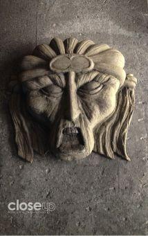 """Figuras aterradoras (sobrepuestas) """"adornan"""" las columnas del lugar (Foto: Close Up)"""