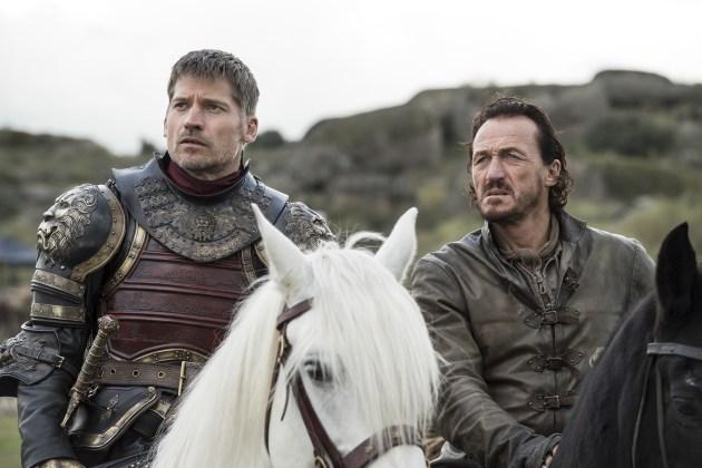 """Jaime-Lannister-Nikolaj-Coster-Waldau-e-Bronn-Jerome-Flynn-Credito-Macall-B.-Polay_HBO HBO DIVULGA FOTOS INÉDITAS DO QUARTO EPISÓDIO DE  """"GAME OF THRONES"""""""
