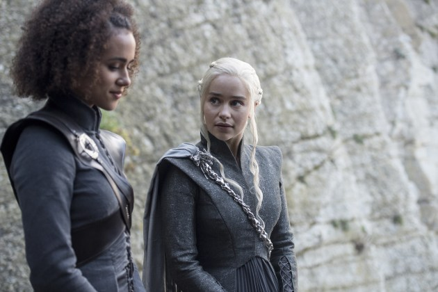 "Missandei-Nathalie-Emmanuel-e-Daenerys-Targaryen-Emilia-Clarke-Credito-Macall-B.Polay_HBO HBO DIVULGA FOTOS INÉDITAS DO QUARTO EPISÓDIO DE  ""GAME OF THRONES"""