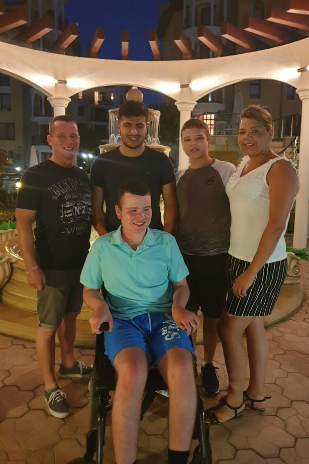 Kyran junto a su familia en un viaje de vacaciones por ciudades de Europa