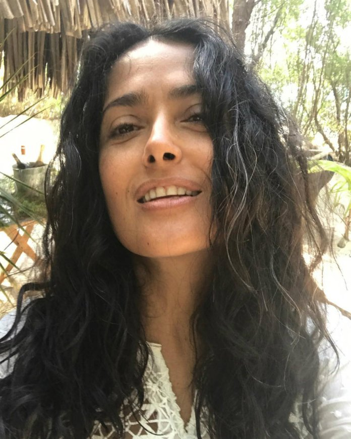 Salma without makeup and wearing their grey hair (Instagram)