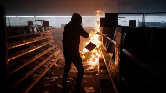Un manifestante en un comercio de Minneapolis (AP Photo/John Minchillo)