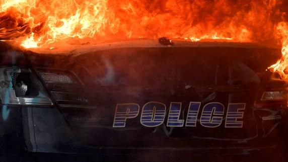 Una patrulla prendida fuego en Atlanta (AP Photo/Mike Stewart)