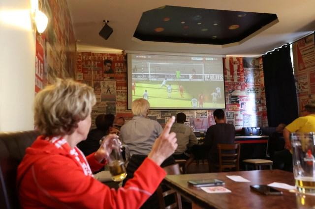 El público siguió el partido por televisión