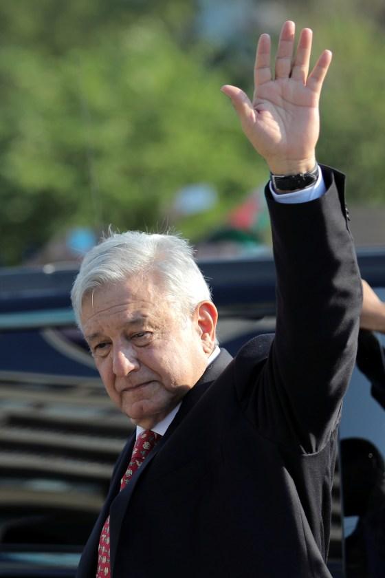 El presidente de México, Andrés Manuel López Obrador, saluda a sus seguidores mientras participa en una ceremonia de colocación de coronas de flores en el monumento conmemorativo de Benito Juárez en el centro de Washington DC, EE. UU., 8 de julio de 2020. (Foto: REUTERS / Carlos Barria)