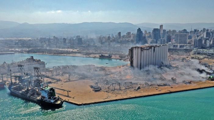 Una vista aérea muestra el inmenso daño hecho a los silos de granos del puerto de Beirut y el área a su alrededor. La explosión mató al menos a 100 personas e hirió a más de 4,000 (Foto por - / AFP)