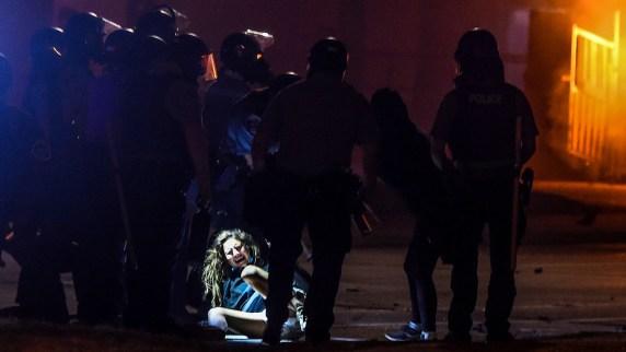 Policías arrestan a una mujer en Minneapolis (Chandan KHANNA / AFP)