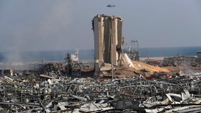 Un helicóptero del ejército libanés sobrevuela las ruinas del puerto de Beirut donde ocurrió una gran explosión. El primer ministro Hassan Diab, en un breve discurso televisado, hizo un llamamiento a todos los países y amigos del Líbano para que brinden ayuda. a la pequeña nación, diciendo: