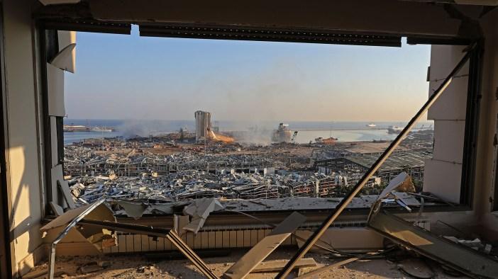 Las secuelas de la explosión de ayer en el puerto de Beirut, capital de Líbano. Los rescatistas trabajaron durante la noche después de que dos explosiones enormes arrasaron el puerto de la capital libanesa (Foto por Anwar AMRO / AFP)