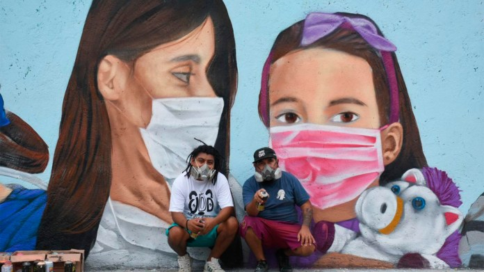 Mendez Gris and Blein Jiménez pose in front of the mural (Photo: Cuartoscuro)