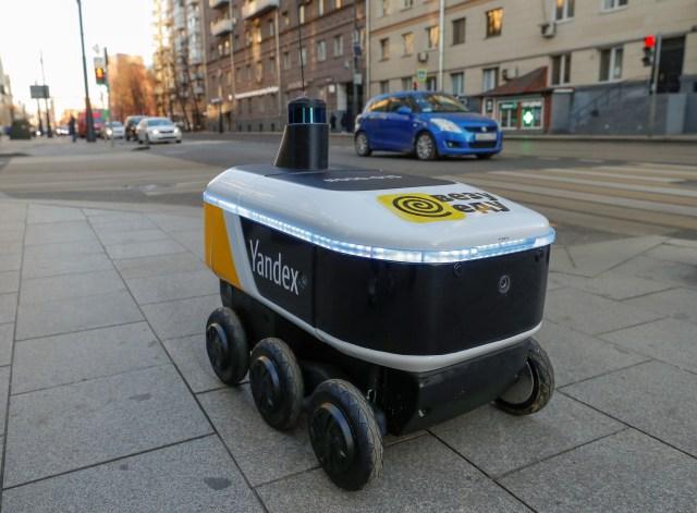 Yandex.Rover, robot bez kierowcy do dostarczania gorących posiłków restauracyjnych, jest widziany w dzielnicy biznesowej w Moskwie, Rosja 10 grudnia 2020 r. REUTERS / Evgenia Novozhenina / File Photo