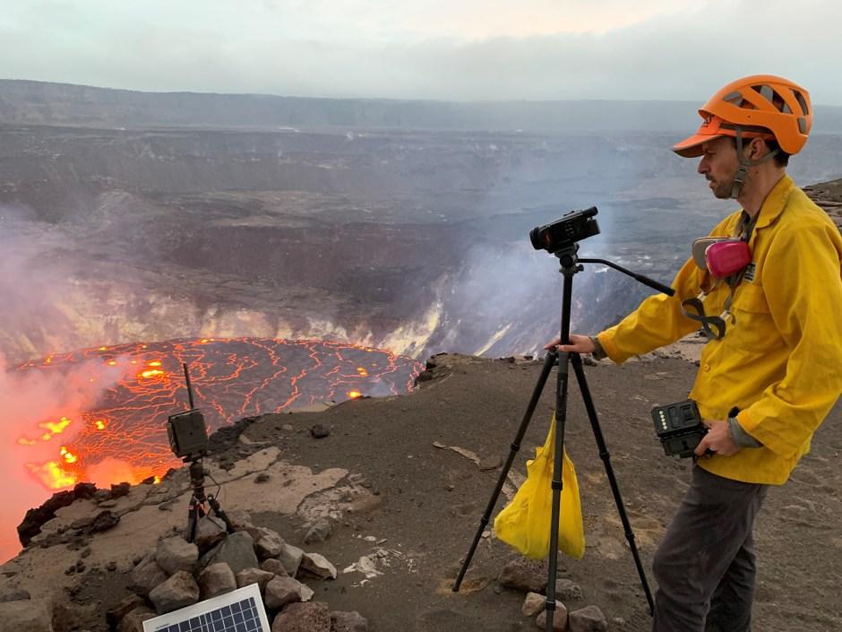 Un geólogo del Observatorio de Volcanes de Hawai (HVO) del Servicio Geológico de EE. UU. Monitorea la erupción del volcán Kilauea en el Parque Nacional de Hawái, Hawái, EE. UU. El 29 de septiembre de 2021. Fotografía tomada el 29 de septiembre de 2021. USGS / D.  Downs / Folleto a través de REUTERS