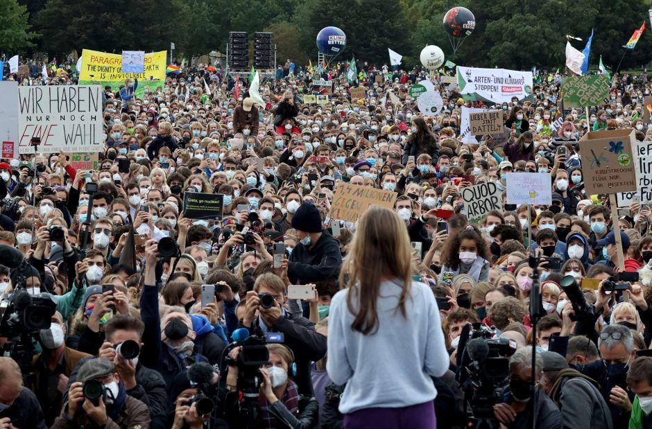 La activista ambiental sueca Greta Thunberg habla durante la huelga climática global del movimiento Fridays for Future en Berlín, Alemania, el 24 de septiembre de 2021. REUTERS / Christian Mang