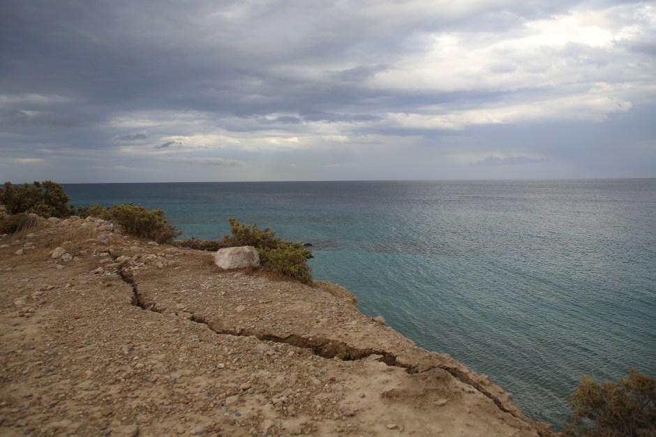 Se ve una grieta en la costa luego de un terremoto en el pueblo de Xerokampos en la isla de Creta, Grecia, el 12 de octubre de 2021. REUTERS / Stringer