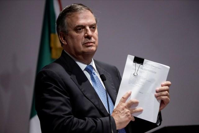 Meksika Dışişleri Bakanı Marcelo Ebrard düzenlediği basın toplantısında, Meksika'nın birkaç silah üreticisini, Meksika'da ölümlere yol açan yasadışı silah kaçakçılığına yol açan ihmalkar ticari uygulamalarla suçlayarak ABD federal mahkemesinde dava açtığını duyurmak için belgeler düzenledi 4 Ağustos , 2021. REUTERS/Luis Cortes