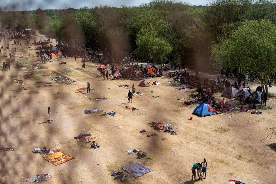 Migrantes que buscan asilo en los EE. UU. Descansan cerca del Puente Internacional entre México y EE. UU. Mientras esperan ser procesados, en Del Rio, Texas, EE. UU., 16 de septiembre de 2021. REUTERS / Go Nakamura