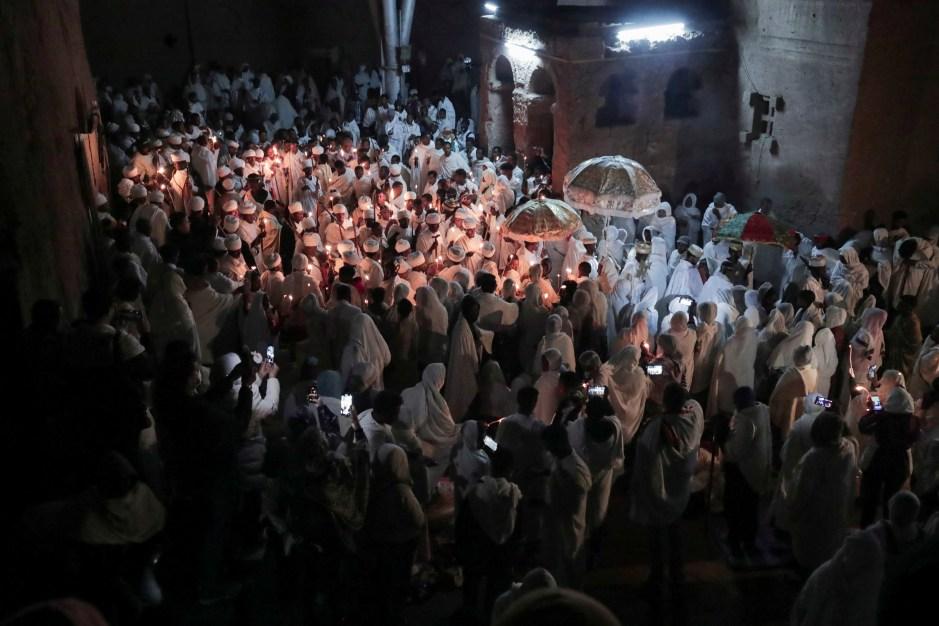 Peregrinos ortodoxos etíopes asisten a la celebración de la víspera de Pascua en la iglesia de Santa María excavada en la roca en Lalibela, Etiopía, el 1 de mayo de 2021. REUTERS / Tiksa Negeri