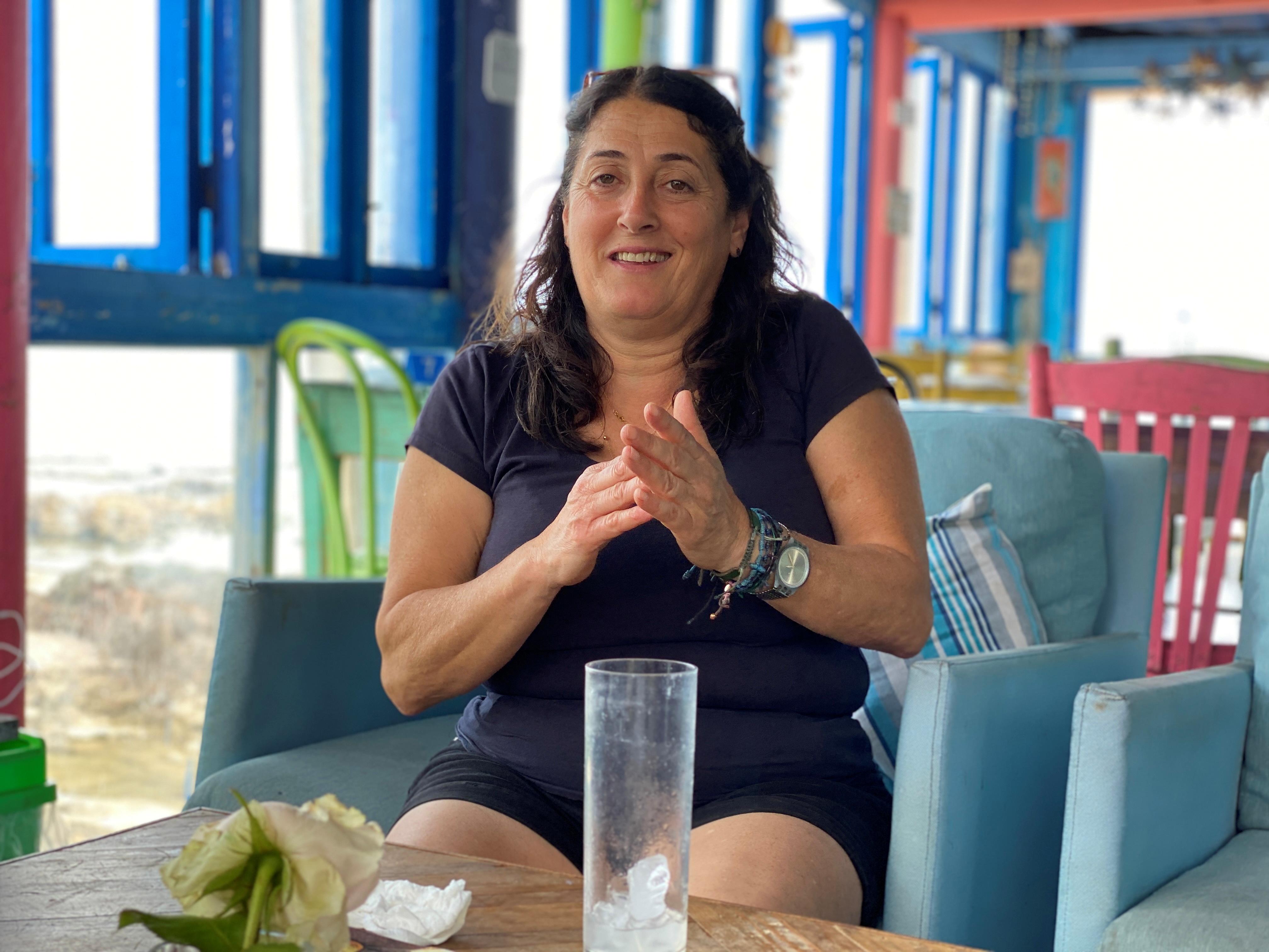 Maguy al-Mouhawas, eine Restaurantbesitzerin, gestikuliert während eines Interviews mit Reuters in ihrem Restaurant in Batroun, Nordlibanon, 4. Juni 2021. REUTERS/Imad Creidi KEINE WIEDERVERKÄUFE.  KEINE ARCHIVE