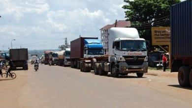 Photo of Askari Wanaswa Wakipokea Rushwa Kuruhusu Malori Kuingia Uganda Bila Kupima Corona, 'Wanyooshwa'