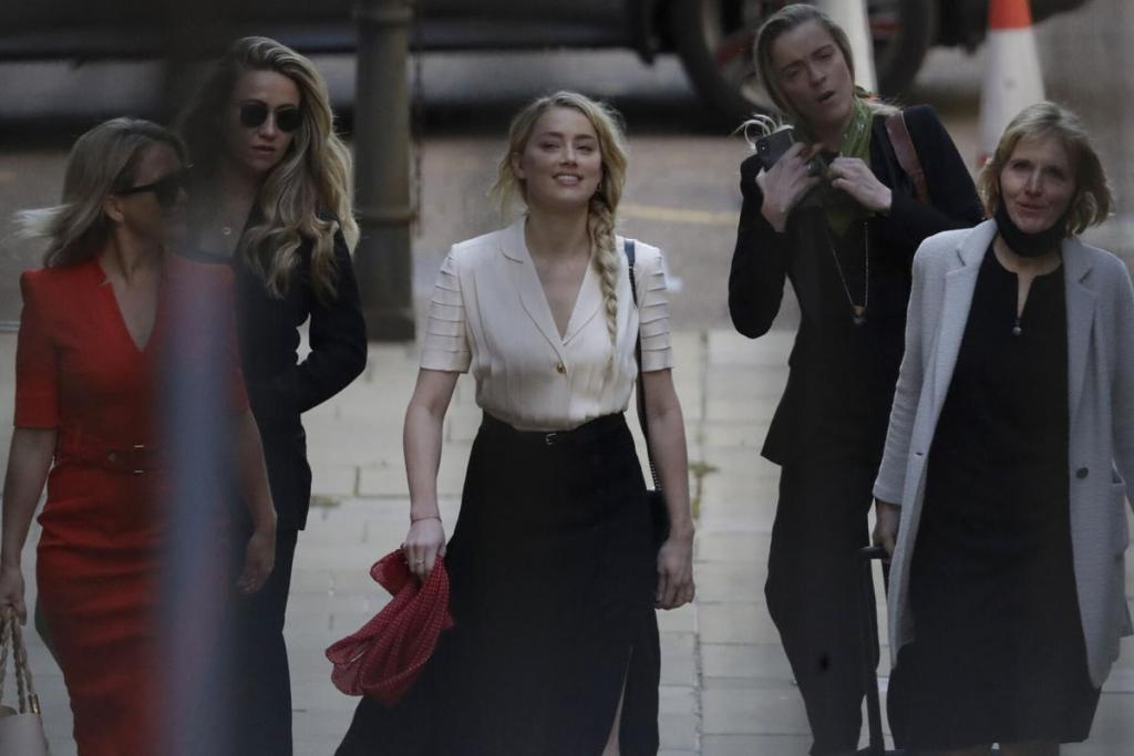 30801502 8526299 Amber Heard right in Los Angeles with assistant Kate James left a 1 1594832114048 76