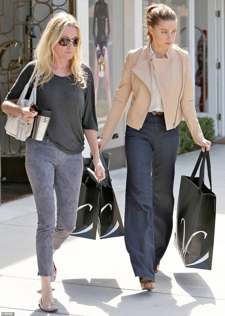 30801502 8526299 Amber Heard right in Los Angeles with assistant Kate James left a 1 1594832114048