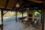 Беседка с мангалом во дворе домика с двухкомнатными апартаментами и баней в мини-гостинице Вершина в Гуамке