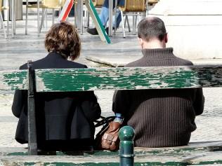 Nebeneinander auf einer Bank