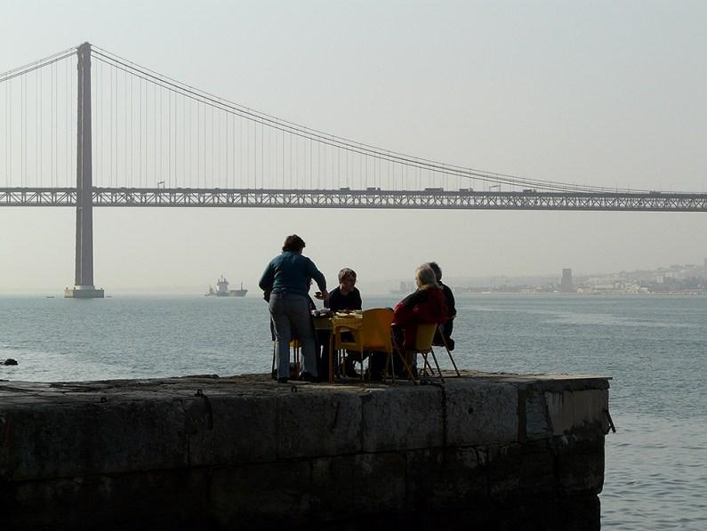 Lecker Essen im Schatten der Brücke