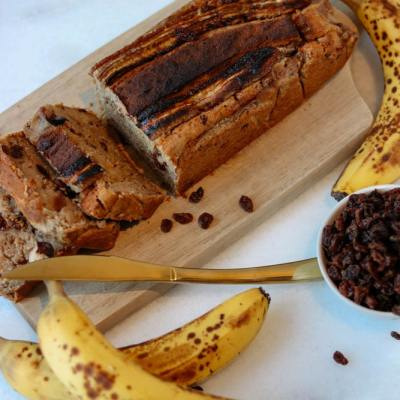 This vegan banana bread is super gooey, caramelly, and slightly coconutty. An absolutely delicious treat that's also healthy and easy to whip up! | #bananabread #vegan #veganbananabread #quickbread #veganquickbread #pb-raisin #peanutbutterraisin #raisinbread #pbraisin #peanutbutter-raisin #healthybread #healthytreats | clubcoconutti.com
