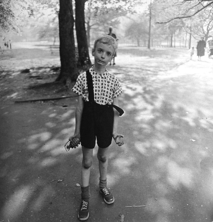 Niño con una granada de mano de juguete en Central Park