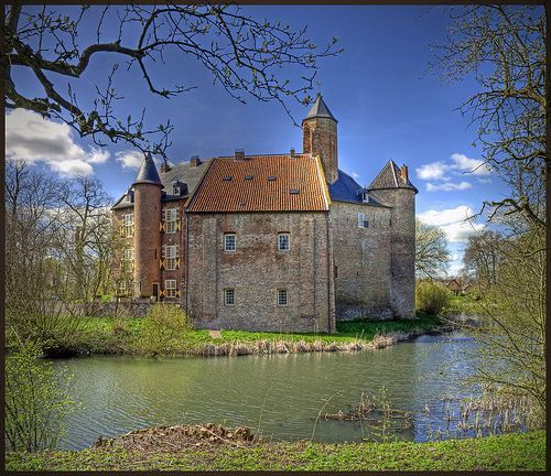 Kasteel Waardenburg  Waardenburg Castle, por Bert Kaufmann (catching up)