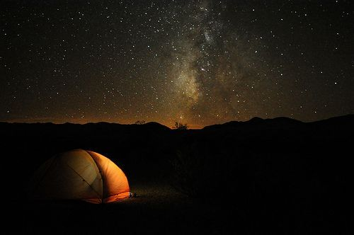 Camping in Death Valley, por Paxson Woelber