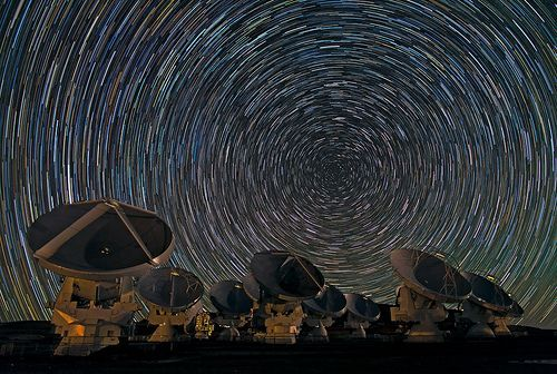 Whirling Southern Star Trails over ALMA, por European Southern Observatory