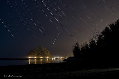 Windy Cove at night , with a Star Trail Sky and Meteor Trail, por kevincole