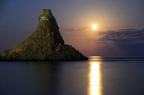Acitrezza Faraglioni Moon Rise Sicilia Italy Italia - Creative Commons by gnuckx, por gnuckx
