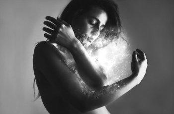 Silvia Grav fotografía surrealista en blanco y negro
