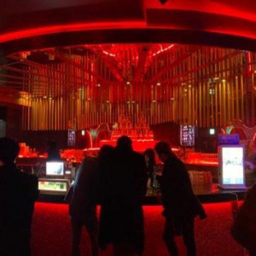【TK渋谷】TK渋谷は渋谷の人気クラブです、渋谷センター街で一番大きくて、駅徒歩3分という立地において、総床面積250坪、天井高5M、収容キャパシティー1,000名以上の都内最大級のエンターテインメントスペース、EDMを中心としたオールジャンルの音楽を楽しめるナイトクラブを併設した、厳選した食材を使った欧風料理を提供するカフェ&レストラン