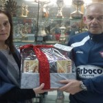 Teresa Lema entregó la cesta de navidad a Antonio Pena por mayor cantidad de lotería vendida