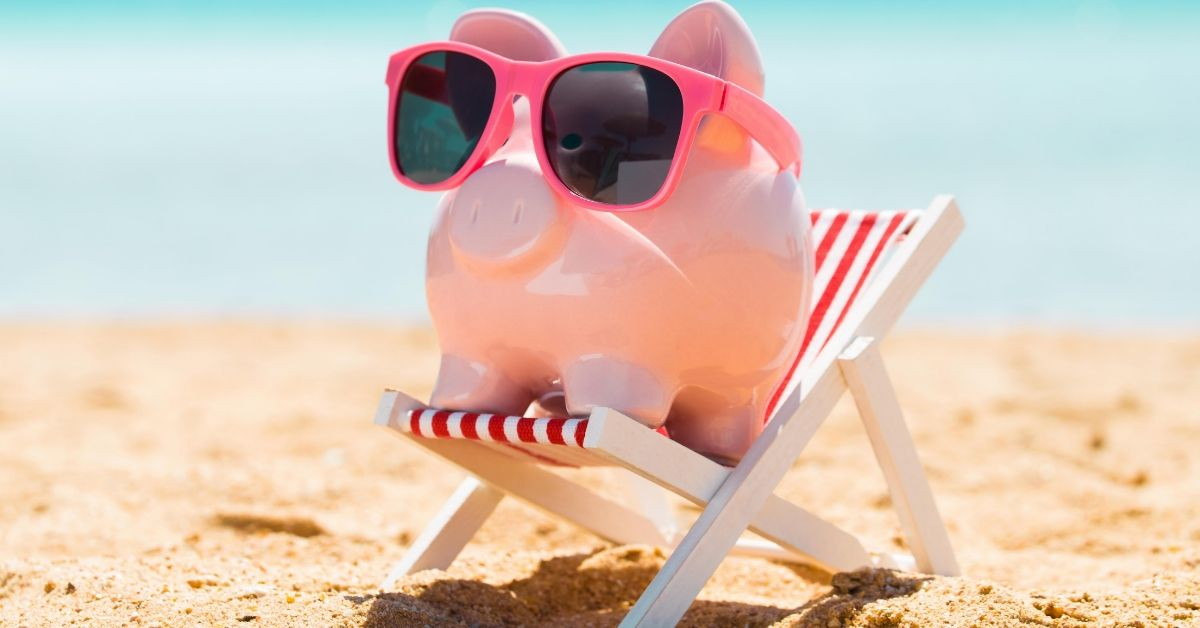 Best Online Banks_picture of piggy bank in sunglasses at beach