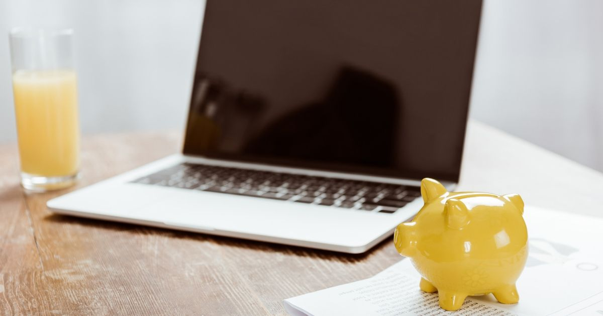 MyPoints Review - picture of yellow piggy bank nexxt to laptop